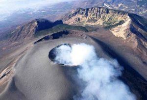 頂上火口から噴煙を上げる浅間山