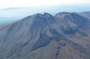 浅間山の頂上付近の近影(北東上空からの空撮映像)