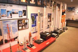 打ち上げた人工衛星ロケットの模型