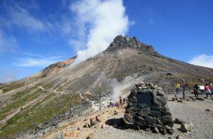 今も噴煙を上げる茶臼岳