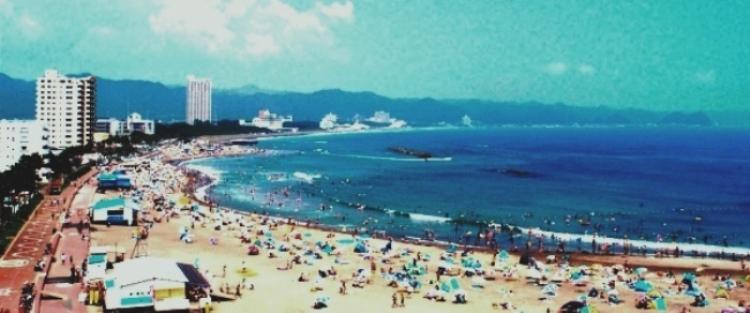 外房・鴨川の夏場のビーチ遠景(前原海岸)