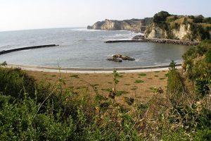 八幡岬側から望む丹ヶ浦の断崖