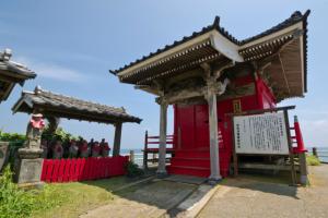 岩船地蔵尊のお堂と地蔵仏