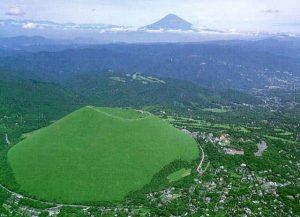 手前の大室山 (伊東市) 越しに見える富士山の遠景