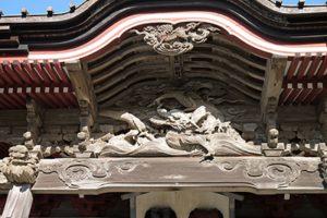 本堂向拝の伊八作「龍」の彫刻