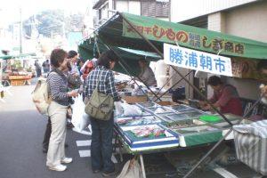勝浦朝市の出店風景