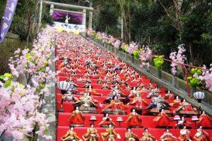 遠見岬神社の石段を飾った雛人形