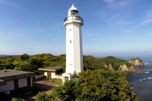 勝浦灯台 (右奥は太平洋)