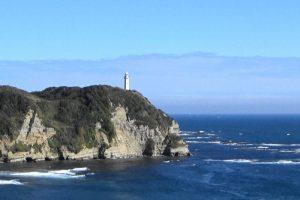 八幡岬方面から見える勝浦灯台