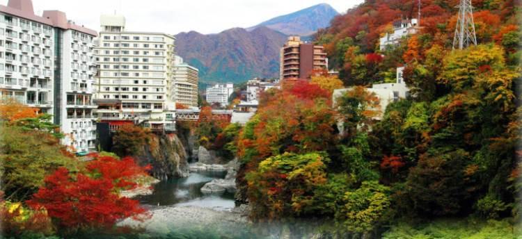 紅葉が鮮やかな鬼怒川温泉郷の景観