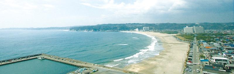 """""""白砂青松"""" の形容がぴったりする三日月形の砂浜がある美しい御宿海岸"""