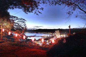神社の石段から見る勝浦湾の夜景