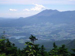 四阿山側から望む浅間山 (手前が嬬恋村と田代湖)
