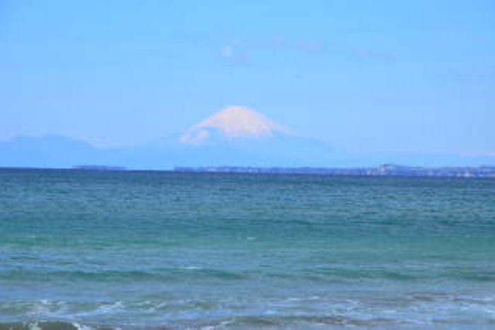 内房の岩井海岸から見る富士山