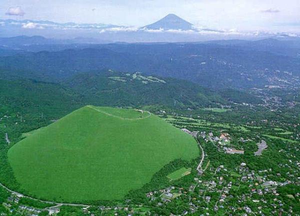 手前の大室山(伊東市)越しに見る富士山のパノラマ景観