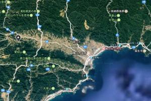 鴨川市の衛星写真 (東西に平地部が開けている)