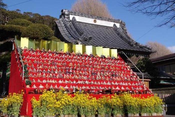 覚翁寺山門前に展示された雛壇