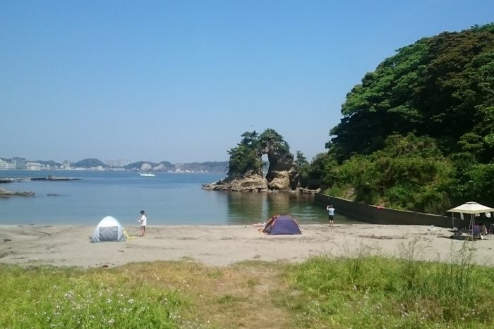 尾名浦海岸浜辺から望むめがね岩