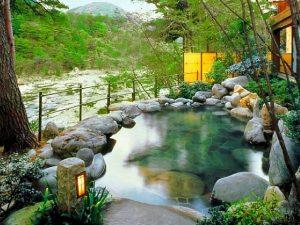 鬼怒川渓流沿いの露天風呂