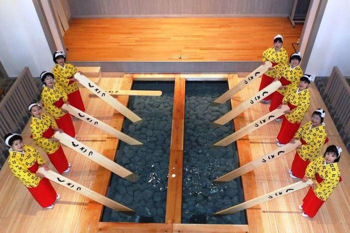 草津名物の「湯もみと踊りショー」