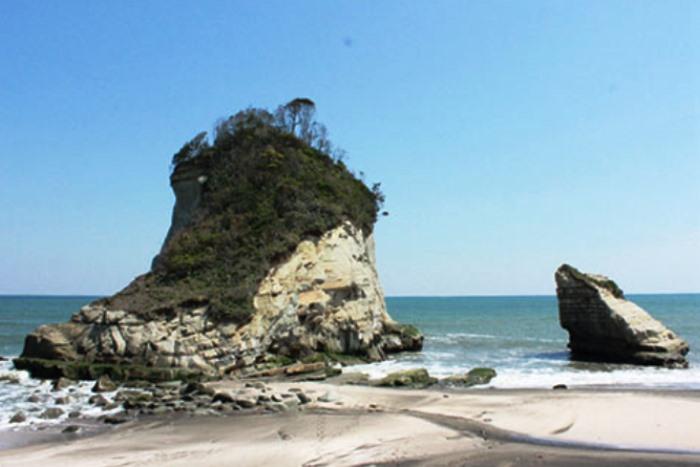 津々ヶ浦海岸の親子岩